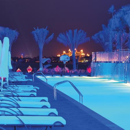 iluminacion inteligente de piscinas de hoteles